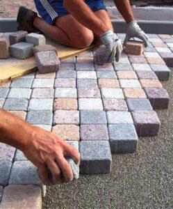 Formazione professionale per ogni attività. Posa massello in cemento da esterno