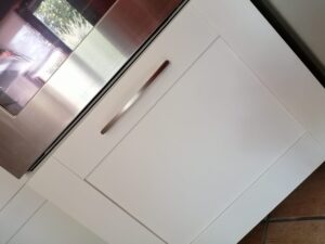 Anta del cassettone sotto forno riverniciata con Decor WR 01 di Kerakoll