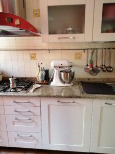 Cucina riverniciata con Decor WR01 di Kerakoll
