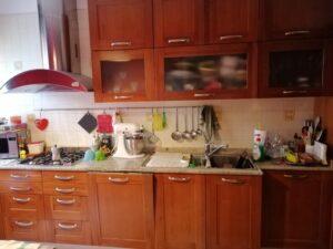 Cucina finitura ciliegio prima della verniciatura con Decor di Kerakoll