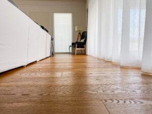 Casa nuova singola . Pavimento in legno Nevet di Woodco